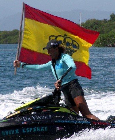 Álvaro de Marichalar portando la bandera española en las costas de Panamá a bordo de su moto de agua.