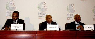 De izquierda a derecha, los ministros Mbega Obiang Lima, (Minas), Owono Edu (finanzas y presupuestos), y Ela Mifumu (economía y planificación), durante la rueda de prensa internacional celebrada ayer en Malabo (Foto: ElMundoFinanciero.com)