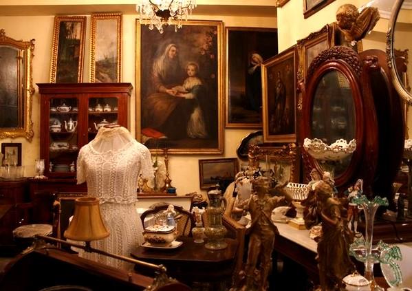 Antigüedades, obras, de arte, porcelanas, relojes, lámparas o muebles son también parte de nuestro patrimonio artístico y merecen una atención especial del coleccionista, del inversor y del conservador.