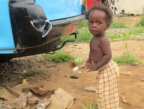 Niño en el barrio luandés de Zango. (Foto José Luis Barceló, copyright 2015)