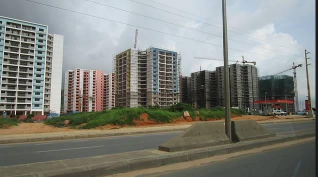 Zango es el resumen por antonomasia de la ineficacia del gobierno angoleño. Una urbanización que lleva diez años sin finalizarse y que supuso el desalojo de miles de familias que hoy viven en la indigencia.  (Foto José Luis Barceló, copyright 2015)