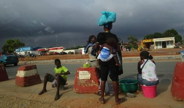 Las zungueiras, como se conoce a las mujeres que transportan mercancías sobre su cabeza a lo largo de kilómetros, muchas veces con sus hijos a cuestas, parten en muchos casos de los arrabales de Zango. (Foto José Luis Barceló, copyright 2015)