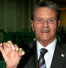 El Sr. Embajador muestra una moneda de 10 centavos de lempira.
