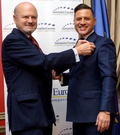 En la foto, el Exmo. Sr. D. Francisco López de Becerra y Solé, Duque de Maqueda, impone la Medalla Europea al Mérito en el Trabajo al Ilmo. Sr. D. Ignacio de Jacob y Gómez, Conde de Pozos Dulces.
