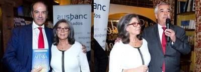 Izquierda: �ngel M� Garay, adjunto a la presidencia de Ausbanc con Mila Hern�n, autora del libro. Derecha: la autora con Luis Pineda, presidente de Ausbanc.