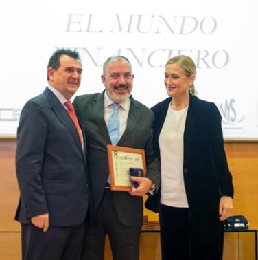 En el centro de la foto, nuestro Editor-Director José Luis Barceló recoge el Premio Editor de Publicaciones Económicas de la mano de la presidenta de la Comunidad, Cristina Cifuentes, y del presidente de la AEEPP Arsenio Escolar.