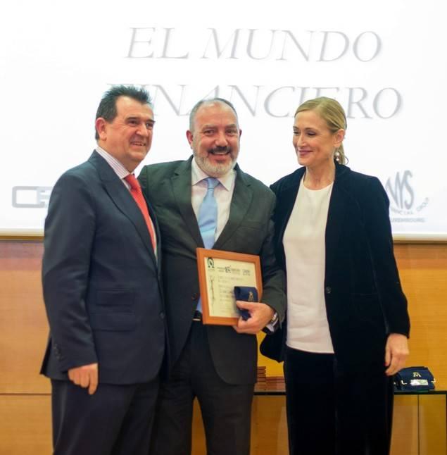 José Luis Barceló, en el centro, recoge el premio de manos de Cristina Cifuentes, presidenta de la Comunidad de Madrid, y Arsenio Escolar, presidente de la AEEPP.