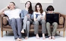 """Tres de cada cinco españoles sufre """"adicción a las tres pantallas"""": móvil, ordenador y TV"""