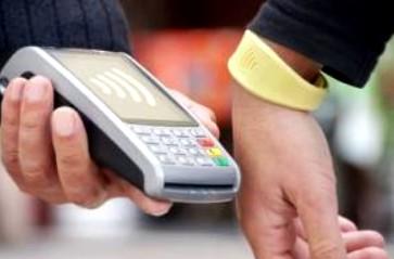 """CaixaBank alcanza los 100.000 clientes de pulseras Visa """"contactless"""""""