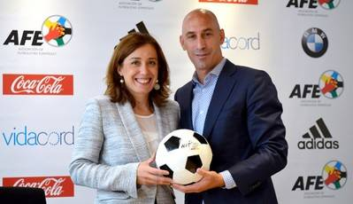 Los encargados de suscribir el acuerdo fueron el Presidente de la AFE, Luis Rubiales, y Marian Otamendi, directora del World Football Summit.