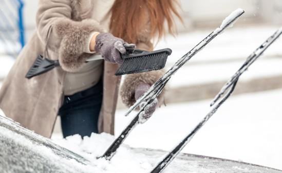 Consejos para quitar el hielo o la nieve sin dañar el coche