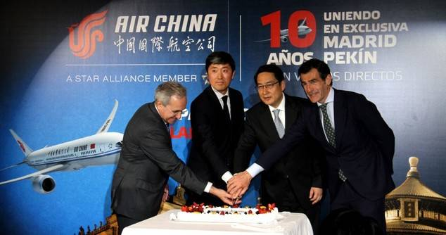 En la imagen, el director general de la Gestión de la Navegación Aérea del Ministerio de Fomento, Ángel Luis Arias, el director general de Air China en España, Han Pengyu, el embajador de China en España, Lyu Fan y el director de turismo de la Comunidad de Madrid, Carlos Chaguaceda, cortando la tarta de la celebración.