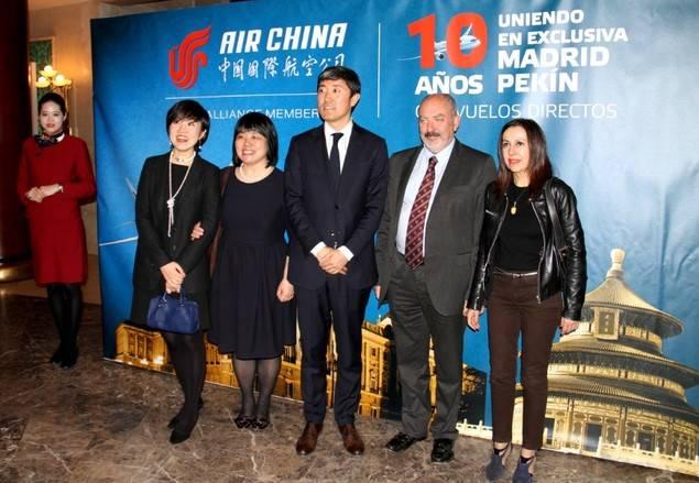 Un momento de la gala en el que se aprecia en el centro de la foto al señor Han Pengyu, director general de Air China en España, con la delegada en España de la Agencia China de Noticias Xin Hua, señora Feng, y a José Luis Barceló acompañado por su esposa.