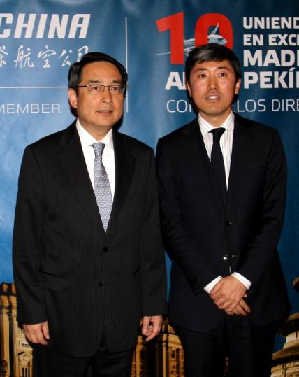 En la imagen, de izquierda a derecha, el embajador de China en España, Lyu Fan acompañado por el director general de Air China en España, Han Pengyu.