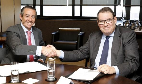 El director general de CaixaBank, Juan Alcaraz, y el presidente de CEHAT, Juan Molas.