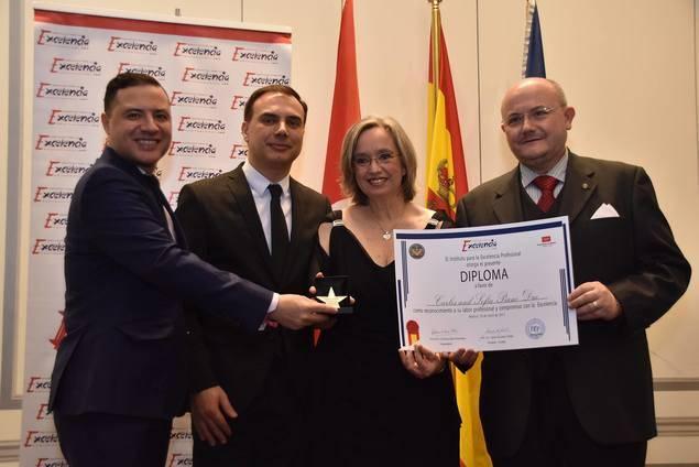 Los pianistas Carles y Sofía, en el centro, en el momento de recibir el premio.