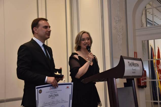 Los pianistas a dúo, Carles y Sofía, dirigen unas palabras de agradecimiento tras recibir el premio.