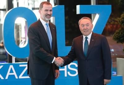 El Rey de España Felipe VI es recibido por el presidente de Kazajistán, Nursultán Zanarbáyev.