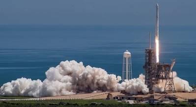 Imagen cedida por SpaceX, del cohete Falcon 9 con la nave espacial Dragon encima, despegando del Centro Espacial Kennedy de la Agencia Nacional de la Aeronáutica y del Espacio (NASA, por sus siglas en inglés), en Florida, Estados Unidos, el 14 de agosto de 2017. (Xinhua/SpaceX)