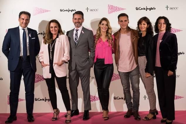 Los actores con el director de Serrano, Inés Entrecanales de la AECC y Ester Uriol de El Corte Inglés.