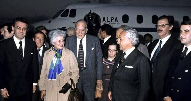 De izquierda a derecha. Sánchez Terán, Carlos Sentís, Antonia Maciá que mira arrobada a Jiménez de Parga, el President Tarradellas, Montserrat Tarradellas, hija discapacitada del matrimonio y Jiménez de Parga.