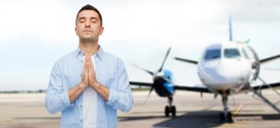 Asientos delanteros, películas de humor y fijarse en los auxiliares de vuelo, las claves para superar el miedo a vola