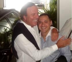 Nacho Jacob junto a Julio Iglesias, el cantante latino más intencional de todos los tiempos.