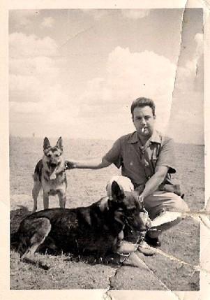 José Luis Barceló con sus pastores alemanes, fue un gran amante de los perros.