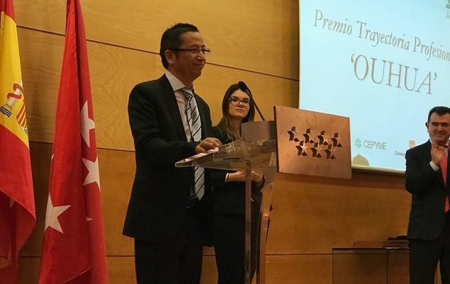 Qiu Chengqian, presidente del grupo chino Ouhua, en un momento de su discurso de agradecimiento tras recibir el premio.