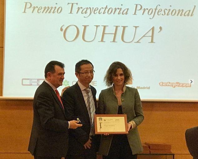 De izquierda a derecha, Arsenio Escolar, presidente de la AEEPP, Qiu Chengquian, presidente del Grupo Ouhua, e Isabel Díaz Ayuso, viceconsejera de Justicia de la Comunidad de Madrid, durante el acto de entrega de premios.