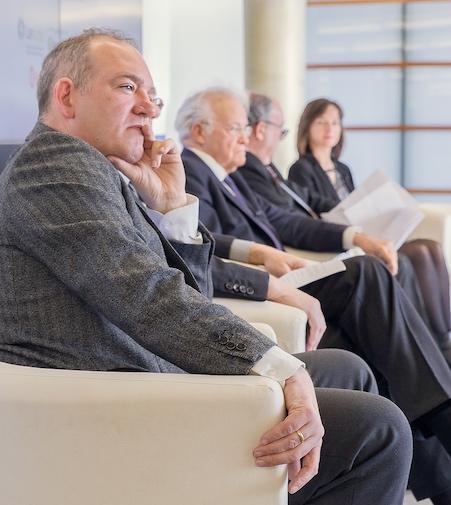 En primer plano, Álvaro Enrique de Villamor Soraluce, Director General del Premio Renacimiento y Presidente Fundador de APTCE.