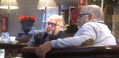 El espía con el abogado proetarra Boye, según una foto publicada por Periodista Digital.
