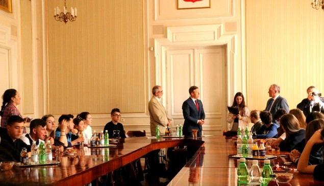 El Gobernador de Malopolska recibe a una comisión durante los actos del Primer Aniversario de la plantación del Árbol de Gernika en Auswichtz.