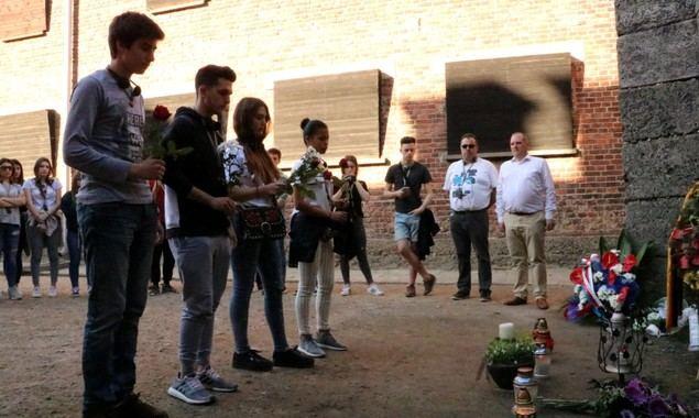 Homenaje de los jóvenes en el paredón de fusilamiento del campo de concentración de Auschwitz.