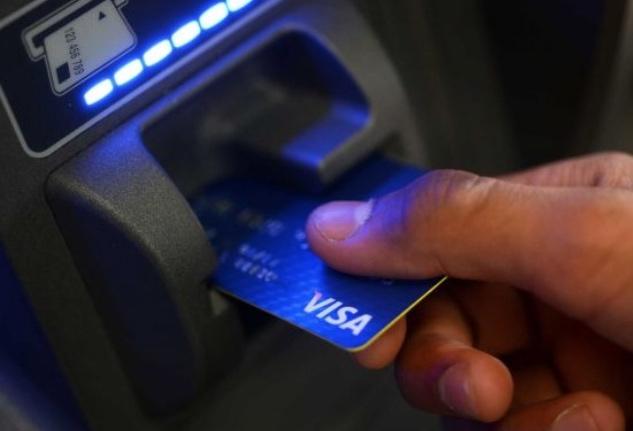 Qué es la 'surcharge fee' que cobran los cajeros y cómo puede pasarte factura si vas al extranjero