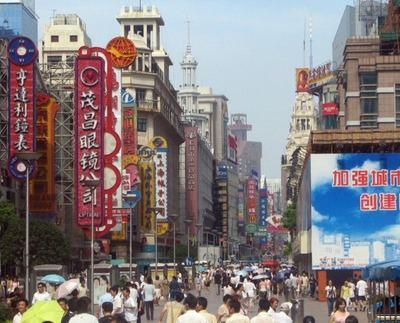 Calle comecial Nanjing en el centro moderno de Shanghai.