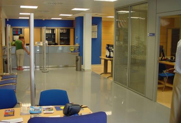 El reto de encontrar una oficina bancaria abierta en verano