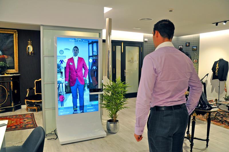 El espejo inteligente ofrece la posibilidad de tomar fotografías o vídeos  que el cliente puede descargarse en su teléfono móvil a través del  escaneado de un ... 381c9c09b11f