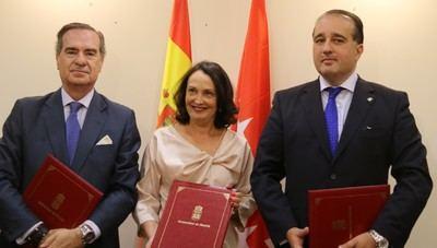 De izquierda a derecha, José María Alonso, Yolanda Ibarrola y Ángel Llamas tras la firma del convenio.