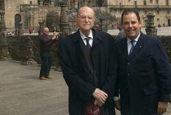 A la derecha, Carlos Uriarte, autor de te artículo, junto a Gerardo Fernández-Albor, en la plaza del Obradoiro de Santiago de Compostela.