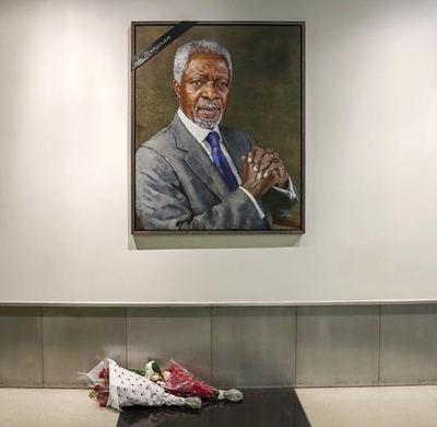 Flores permanecen frente al retrato del ex secretario general de la Organización de las Naciones Unidas (ONU), Kofi Annan, en la sede de la ONU en Nueva York, Estados Unidos, el 18 de agosto de 2018. De acuerdo con información de la prensa local, autoridades de todo el sistema de la ONU rindieron tributo a Kofi Annan, quien murió el sábado a los 80 años en un hospital de Suiza. (Xinhua/Li Muzi)