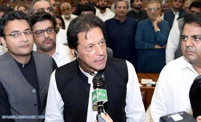 ISLAMABAD, agosto 17, 2018 (Xinhua) -- Imagen cedida por el Departamento de Información de Prensa (PID, por sus siglas en inglés) de Pakistán el 17 de agosto de 2018, del recién elegido primer ministro de Pakistán Imran Khan (c) dirigiéndose a los legisladores, en Islamabad, capital de Pakistán. El ex jugador de críquet convertido en político, Imran Khan, del partido Pakistan Tehreek-e-Insaf Pakistán (PTI) o partido Movimiento para la Justicia fue elegido el viernes como nuevo primer ministro del país en una votación realizada por la Asamblea Nacional o cámara baja del Parlamento. (Xinhua/PID)