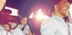 Cuatro de cada diez padres utiliza el móvil en el coche mientras conduce con sus hijos