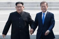 La dos Coreas van ya de la mano. Es indudable que los líderes tanto de Corea del Sur como de Corea del Norte han dado pasos firmes por el entendimiento común y que ambos son dos patriotas que quieren ver prosperar al pueblo coreano.