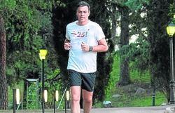 Pedro Sanchez hace footing por La Moncloa el pasado verano.