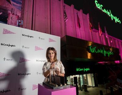 En la imagen, Mónica Cruz acciona la palanca para iluminar la fachada de El Corte Inglés de Serrano.