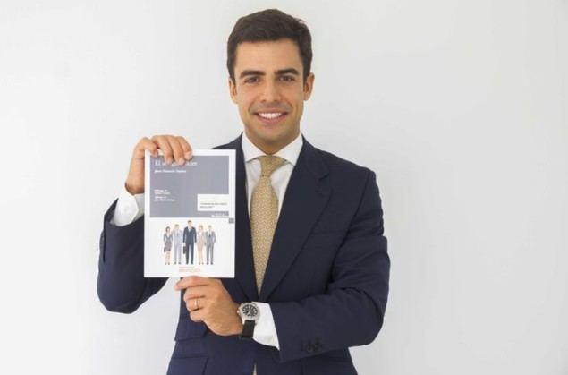 """Juan Gonzalo Ospina, autor de """"El abogado líder"""", posando con su libro."""