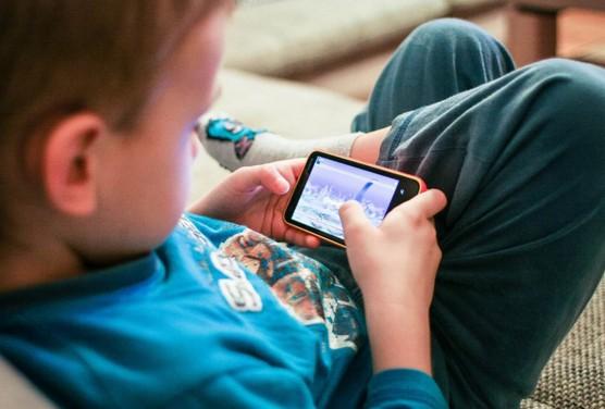 Cómo saber el mejor momento para darle un móvil a tu hijo