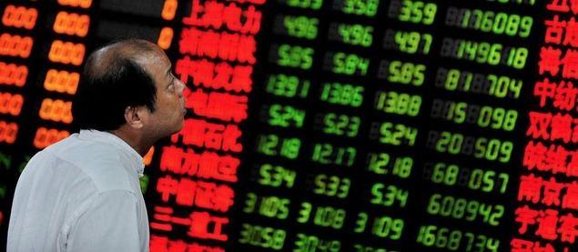 Un ejecutivo hace comprobaciones en un panel de la bolsa de Shanghái
