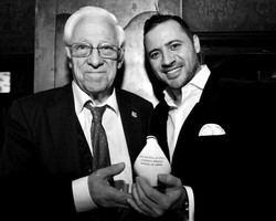 Nacho Jacob, recibe el premio Paloma de la Paz de manos del Padre Ángel García, Fundador de Mensajeros de la Paz.